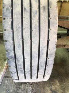 Процесс нарезки протектора грузовых шин