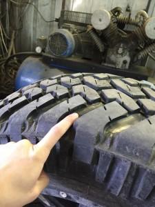 процесс нарезки грязевой шины