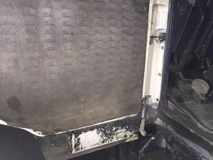 Дверь грузового автомобиля до химчистки.